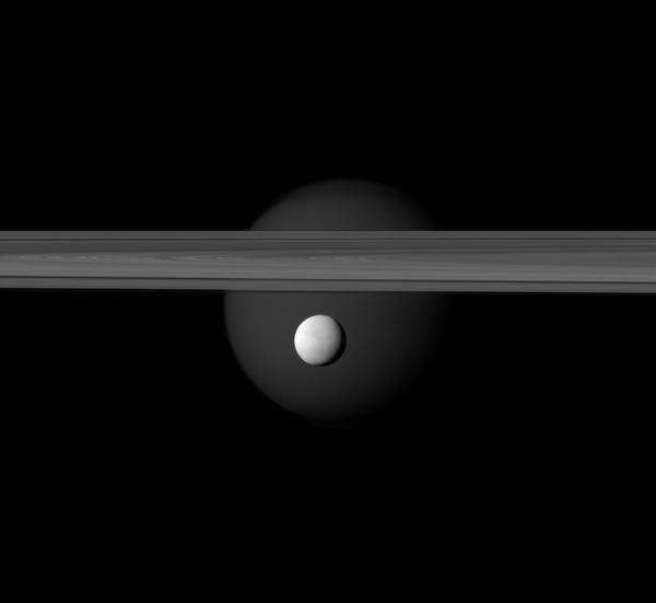 Фотографии космоса. Энцелад, Титан и кольца Сатурна.