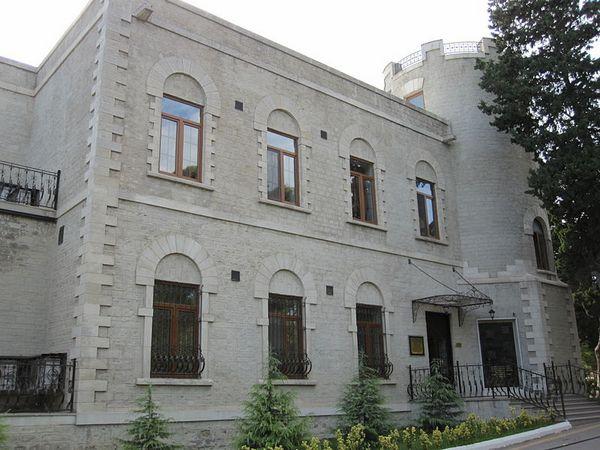 Парадный вход в резиденцию «Вилла Петролеа». Фото: Parishan/commons.wikimedia.org