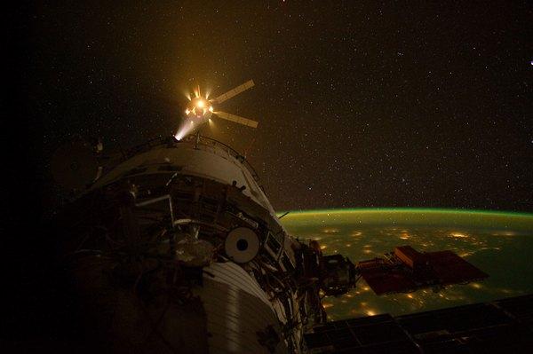Фотографии космоса. Стыковка грузового корабля ATV-3 с МКС.