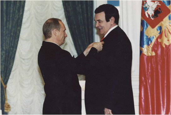 В.В. Путин награждает Муслима Магомаева «Орденом Почёта».