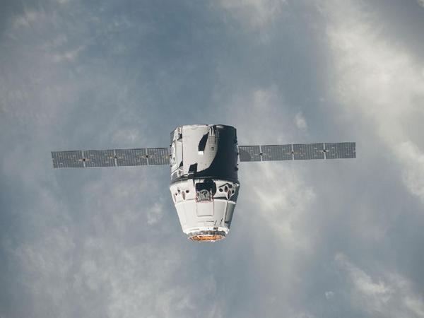 Фотографии космоса. Космический грузовик SpaceX Dragon приближается к МКС.