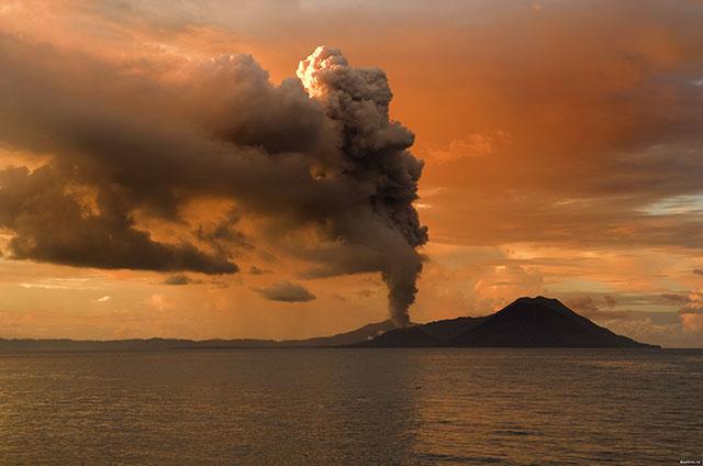Найбільші острови світу: виверження вулкану Тавурвур у Новій Гвінеї. Фото: Wikipedia.org