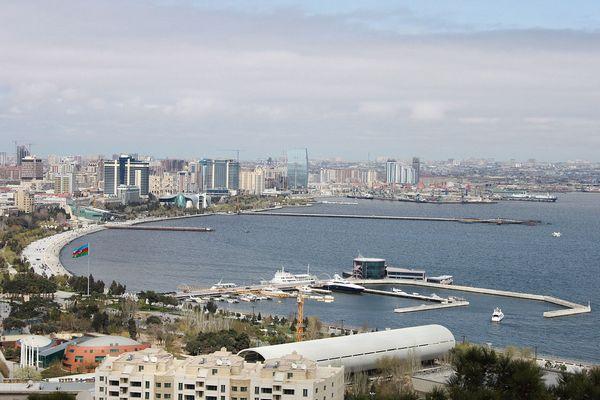 Баку — столица Азербайджана. Вид на набережную, бульвар и порт. Фото: Elkhan Jafarov/commons.wikimedia.org