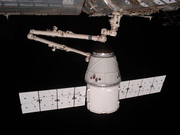 Фотографии космоса. SpaceX Dragon захвачен манипулятором «Канадарм2».