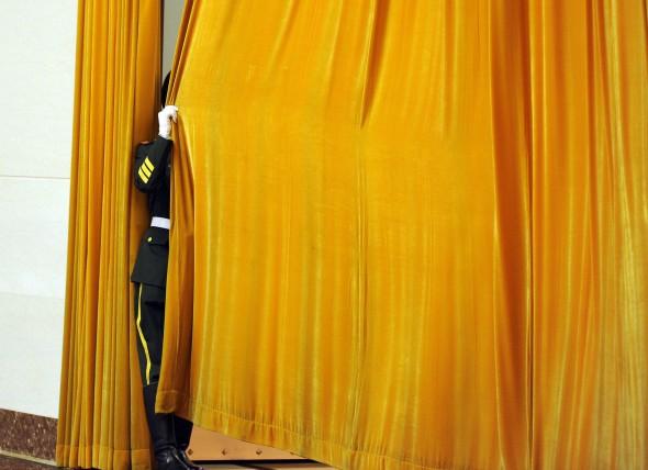 Китайский охранник закрывает занавес незадолго до начала встречи в Великом народном зале Пекина, 9 апреля 2012 года. В Китае произошла, не совсем прозрачная, как считают наблюдатели, перестановка кадров среди большого числа высших военных начальников. Фото: Liu Jin/AFP/Getty Images