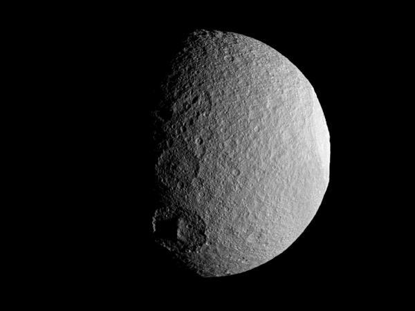 Фотографии космоса. Кратеры Тефии. Фото: NASA/JPL-Caltech/Space Science Institute