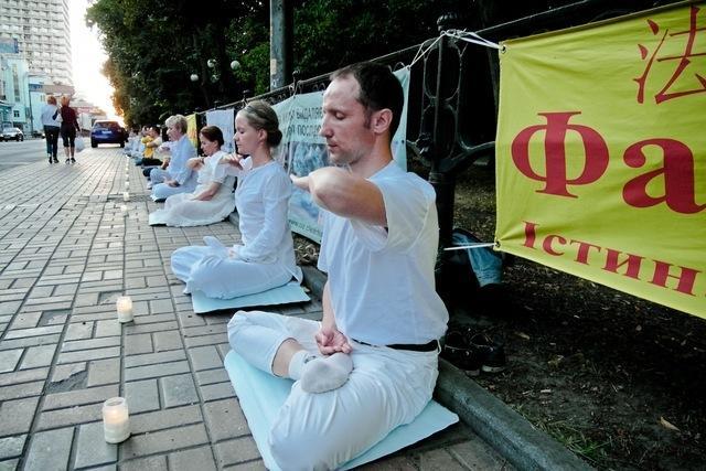 Последователи Фалуньгун выполняют медитативные упражнения напротив китайского посольства в Киеве 20 июля 1999 года. Фото: Владимир Бородин/Великая Эпоха