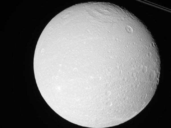 Фотографии космоса. Диона — спутник Сатурна.