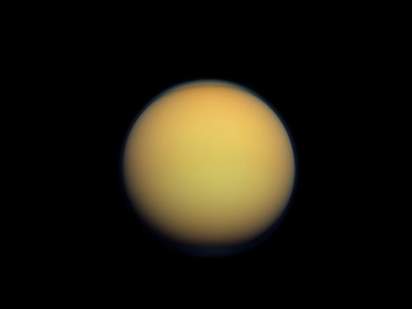 Фотографии космоса. Туманный оранжевый шар — спутник Сатурна Титан.