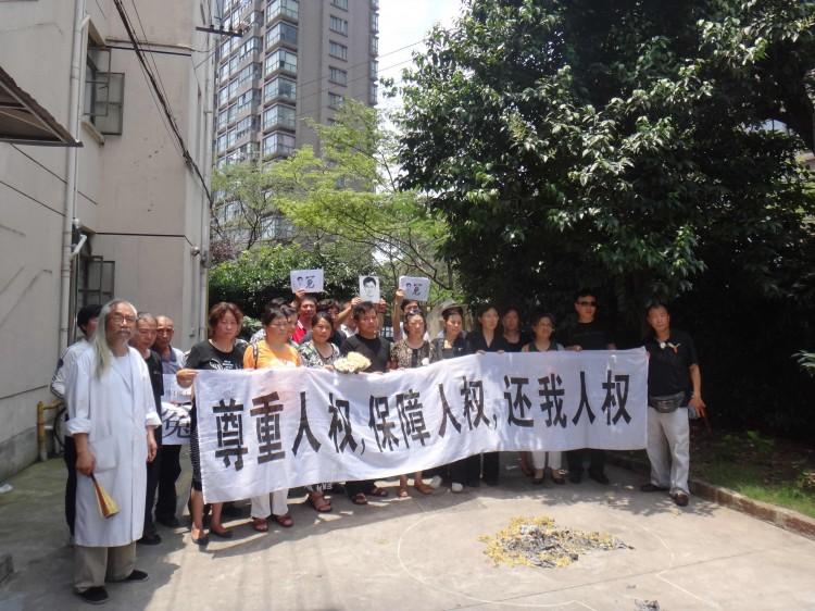 1 июля 2012 г. Шанхайские просители выкрикивают: «Идём ко дну вместе с компартией». Фото предоставлено источником из материкового Китая
