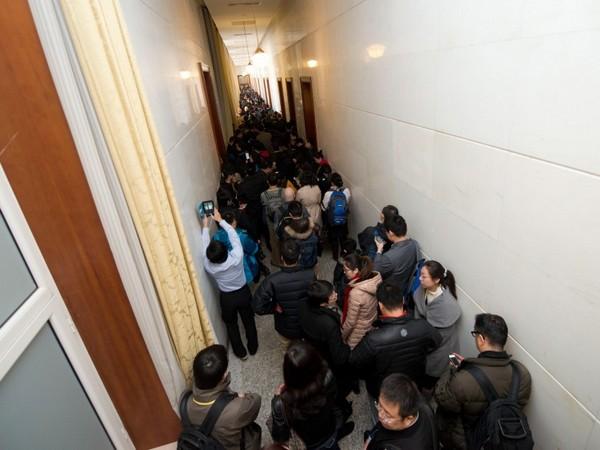 Журналисты выстроились в очередь, ожидая, когда их пропустят в главный зал внутри Дома народных собраний во время церемонии закрытия Съезда Коммунистической партии в Пекине 14 ноября 2012 года, в последний день конференции. Их допустили лишь на последние мгновения конференции. Фото: Ed Jones/AFP/Getty Images