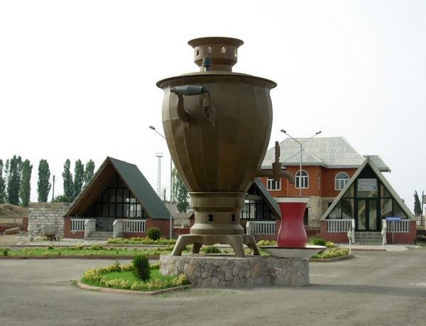 Памятник самовару и чаю в стакане «Армуду». Ленкорань. Фото: Emin_Bashirov/commons.wikimedia.org