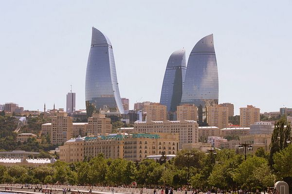 «Пламенные башни». Фото: Gulustan/commons.wikimedia.org