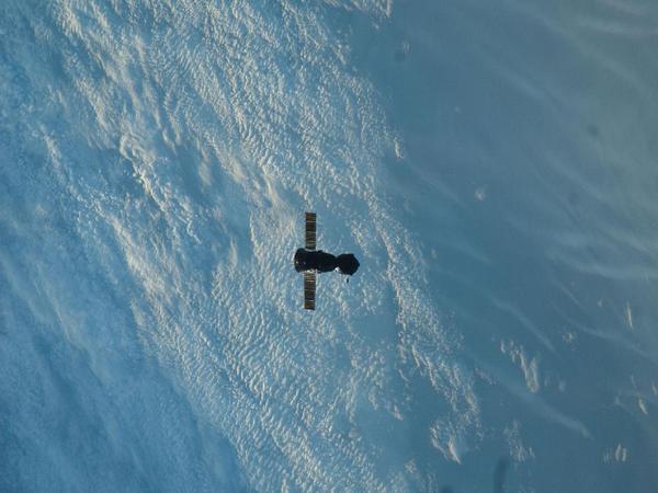 Фотографии космоса. Корабль «Союз ТМА-22» после отстыковки от МКС.
