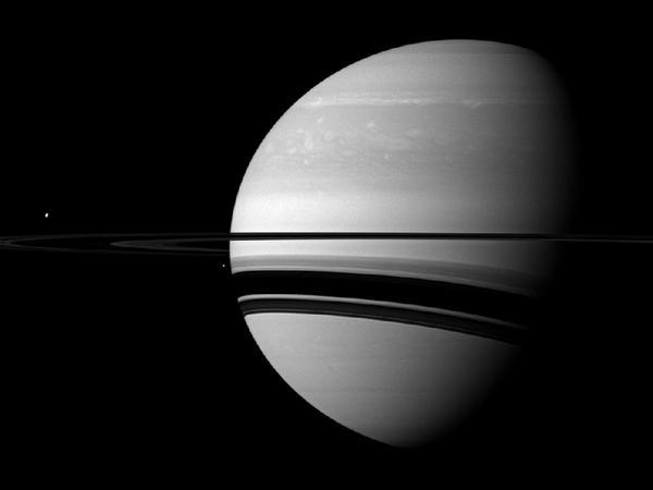 Фотографии космоса. Тефия и Энцелад на фоне Сатурна.