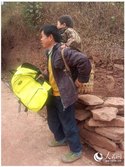 Юй Сюйкан надягає спеціальну бамбукову корзину, щоб його 12-річний син Сяо Цян міг стояти в ній, поки батько буде нести його до школи й назад.