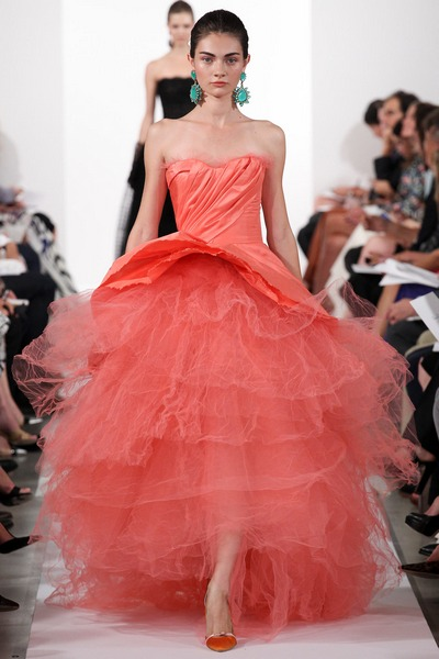 Бренд Oscar De La Renta: популярні також і національні весільні сукні. Фото: becauseiamfabulous.com