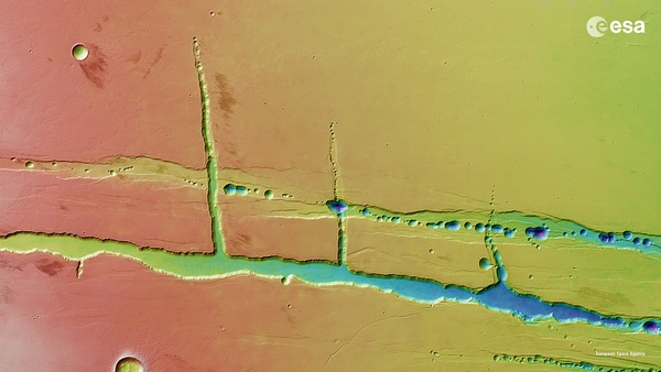 Фотографии космоса. Цепочка кратеров Тракт на Марсе.