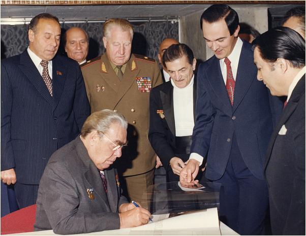 Л. Брежнев даёт автограф Муслиму Магомаеву.