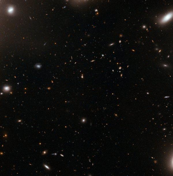 Фотографии космоса. «Глаз урагана» в галактическом кластере Abell 1185.