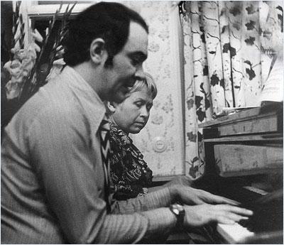 Муслим Магомаев играет на пианино в четыре руки с Александрой Пахмутовой.