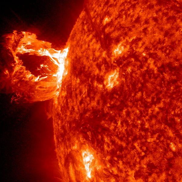 Фотографии космоса. Завораживающий всплеск на Солнце.