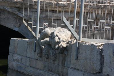 Фото с сайта Weibo: Одна из двух статуй мифических существ, которые вырезаны из белого мрамора под мостом в Пекине.