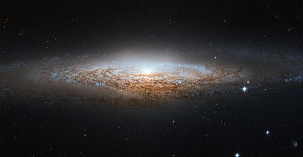 Фотографии космоса. Телескоп «Хаббл» увидел «НЛО-галактику».